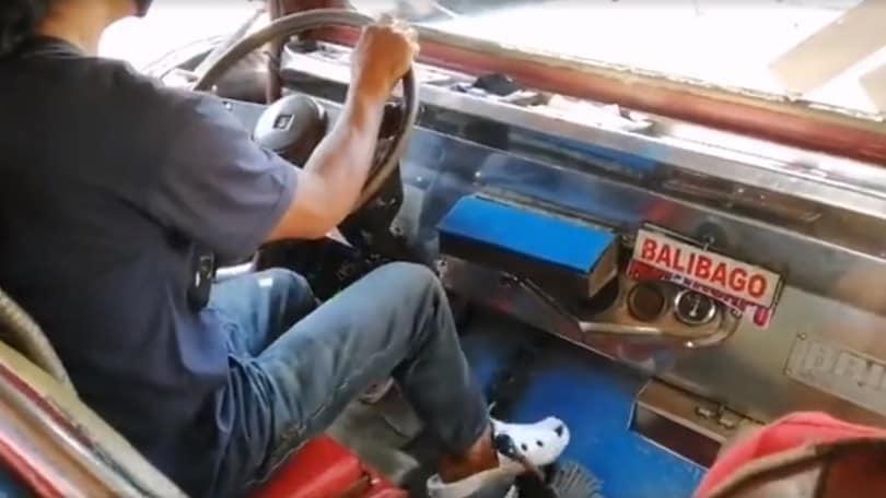 Cambia marcia con il piede: il talento dell'autista filippino VIDEO