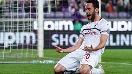 Calhanoglu stende la Fiorentina, il Milan resta in scia per la Champions