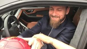 De Rossi si ferma con i tifosi: selfie, foto e sorrisi