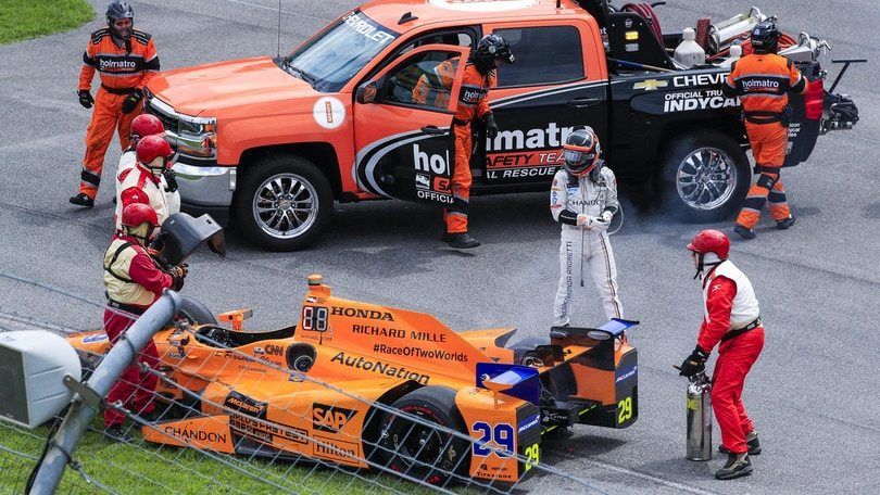 Indy 500, incidente per Alonso: macchina fuori gioco, pilota ok
