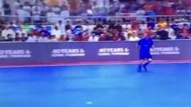 Totti in Kuwait: entra in campo con l'inno di Forza Italia. Poi il grande gol
