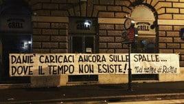 Roma, altro striscione per De Rossi. E Burdisso lo chiama al Boca