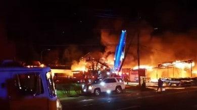 Incendio distrugge 50 auto su un set HBO -  Il Video