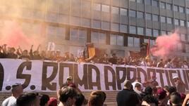 La contestazione della Curva Sud sotto gli uffici della Roma