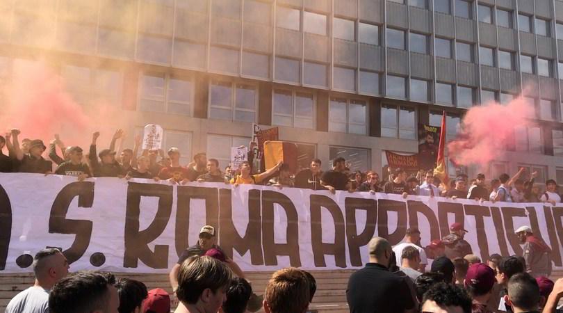 Contestazione Roma all'Eur, i tifosi: «Andate via» FOTO e VIDEO