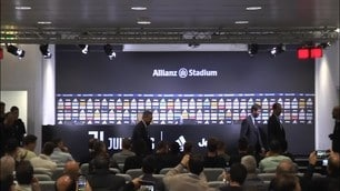 Allegri in conferenza applaudito dai suoi giocatori