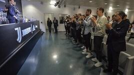 I giocatori della Juventus assistono alla conferenza di Allegri