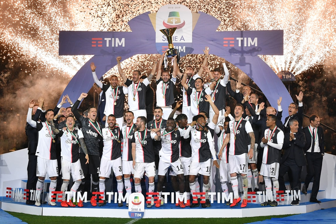 Cristiano Ronaldo e compagni festeggiano il trionfo nel campionato di Serie A davanti ai propri tifosi dopo il pareggio con l'Atalanta