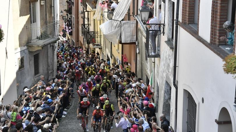Giro: Benedetti trionfa a Pinerolo, Polanc nuova maglia rosa