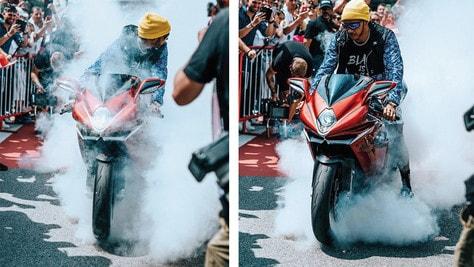 Hamilton si presenta a Montecarlo in moto