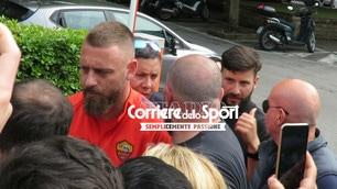 De Rossi con i tifosi prima del suo ultimo allenamento con la Roma