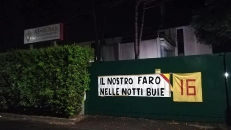 Roma, altro omaggio a De Rossi. Striscione: