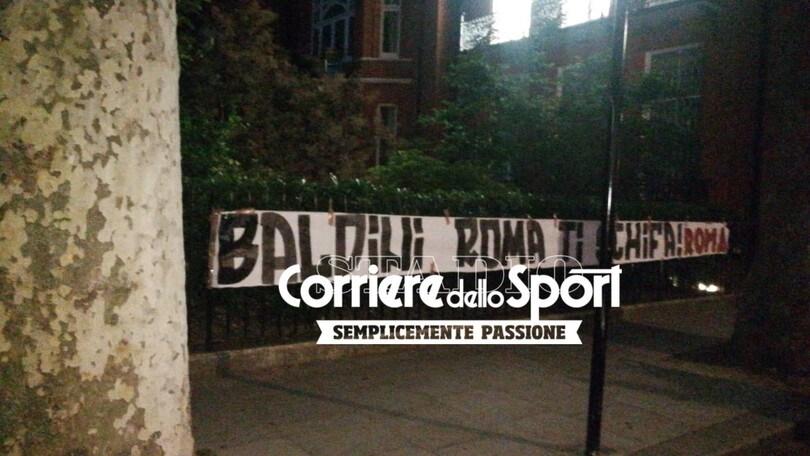 Striscione a Londra sotto casa di Baldini: