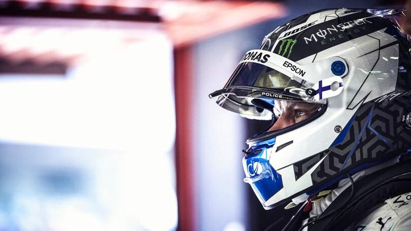 Lewis Hamilton corre con gli occhiali Police