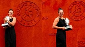 Barty in posa con il trofeo del Roland Garros
