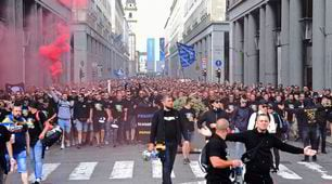 Gli ultrà della Bosnia invadono il centro di Torino prima della sfida con l'Italia