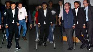 Brasile, Neymar con completo nero e stampelle in tribunale