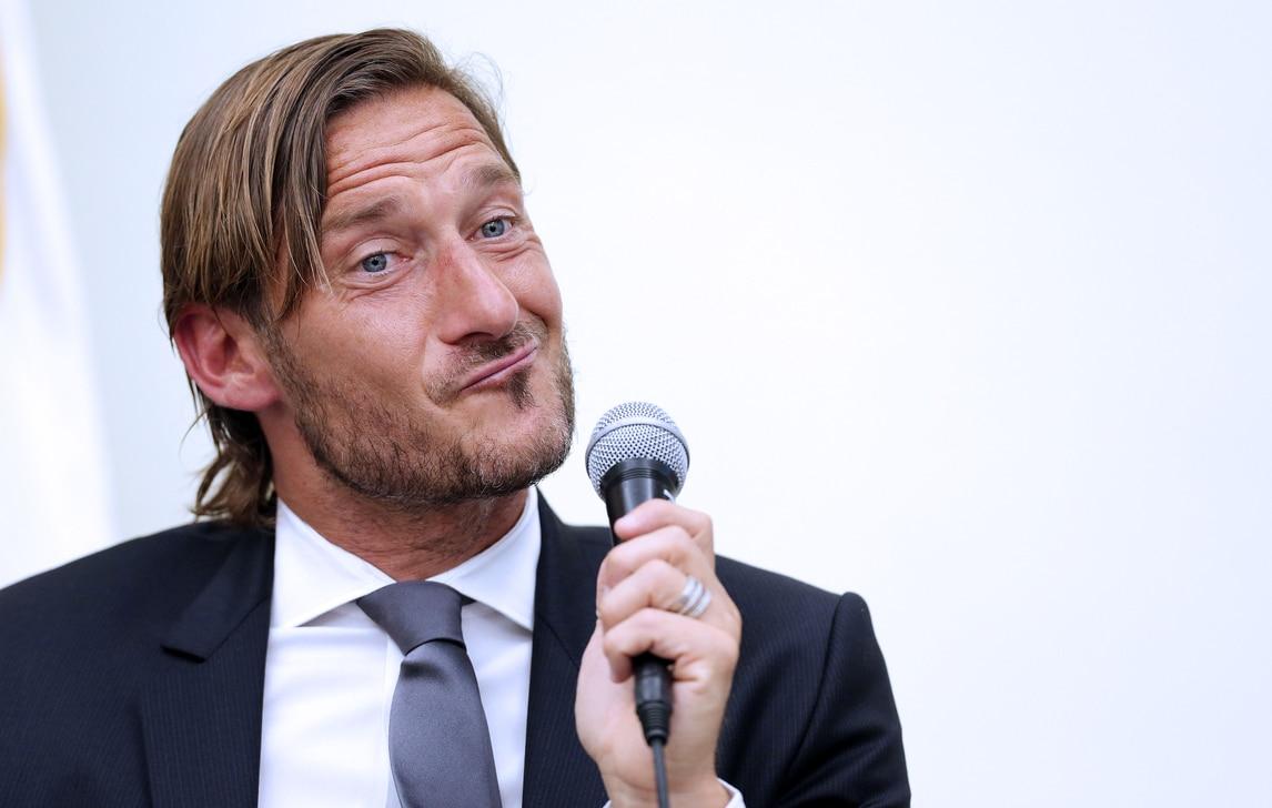 Tutte le foto delle facce di Totti in conferenza stampa