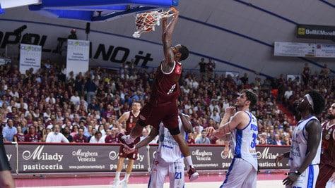 Basket, finale scudetto: Venezia batte Sassari 78-65 e si porta avanti 3-2