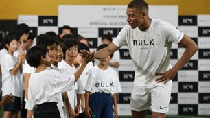 Mbappé superstar tra i bimbi di Tokyo