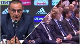 Sarri si presenta alla Juve in giacca e cravatta: c'è anche Agnelli
