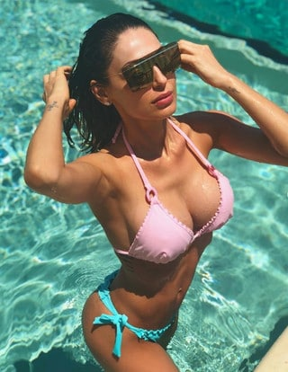 Calendario Tatangelo.Anna Tatangelo Da Urlo In Grecia Bagno Sexy In Piscina