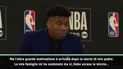 """Le emozioni di Giannis MVP: """"Per papà e Kobe!"""""""