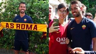 Roma, visite mediche per Spinazzola: sciarpa giallorossa e selfie con i tifosi