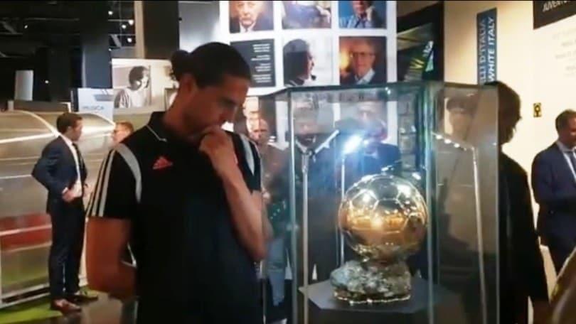 """Rabiot davanti al Pallone d'oro nello Juventus Museum: """"Ma è quello vero?"""""""