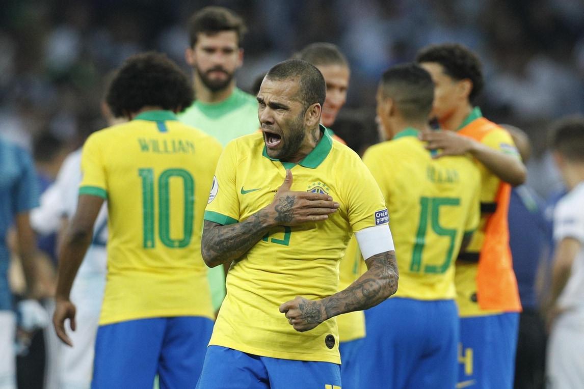 Dani Alves scatenato: la festa del Brasile può partire