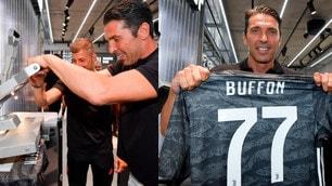 Buffon e la sua numero 77 della Juve: le prime immagini con la nuova maglia