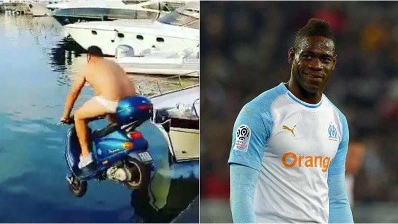 Napoli, Balotelli sfida un barista: 2mila euro per buttarsi in mare con lo scooter . -VIDEO-