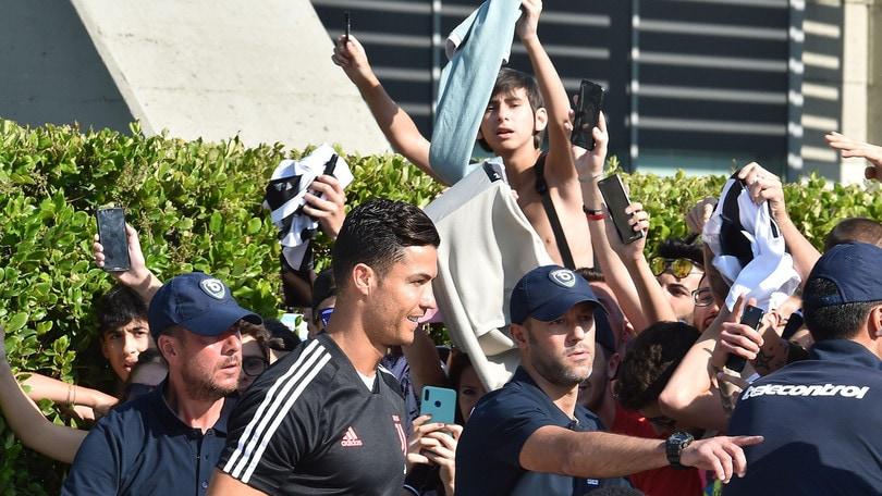 Juve, Cristiano Ronaldo arriva al J Medical. Il coro dei tifosi:
