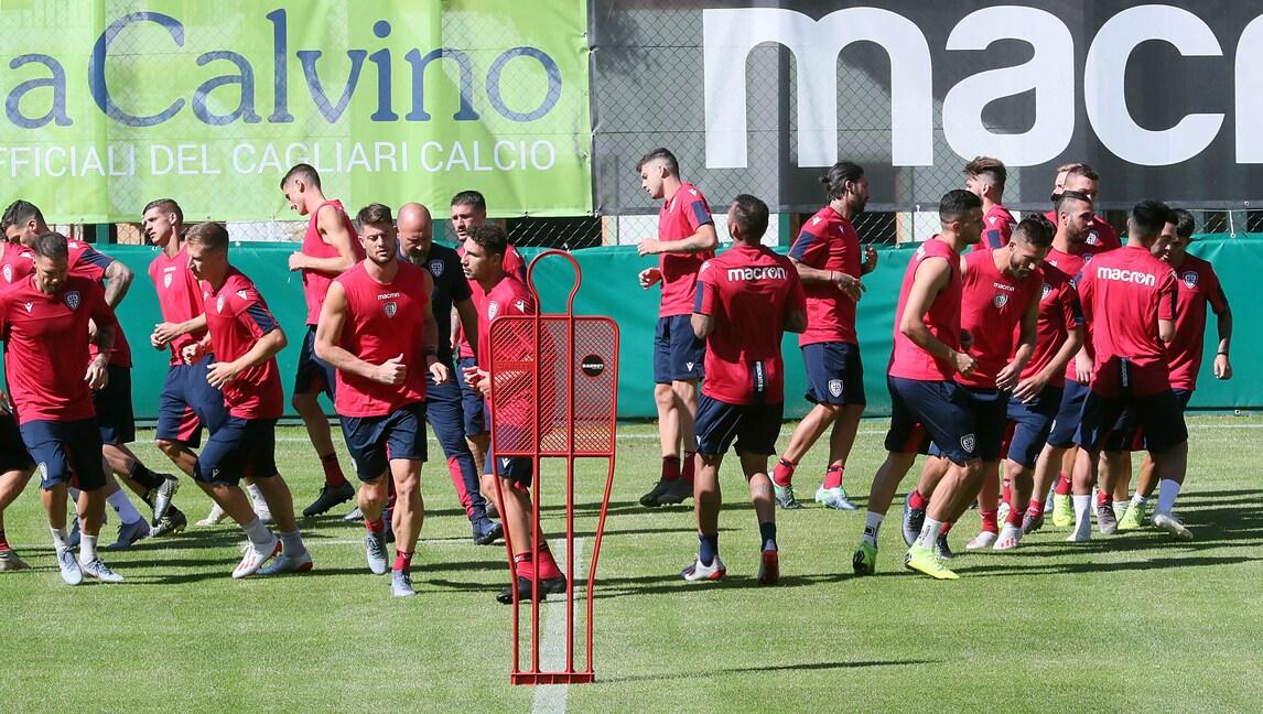 Cagliari, fatica in allenamento e sorrisi con i tifosi!