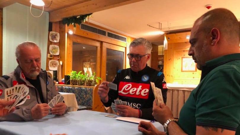 Napoli, Ancelotti e De Laurentiis giocano a carte:
