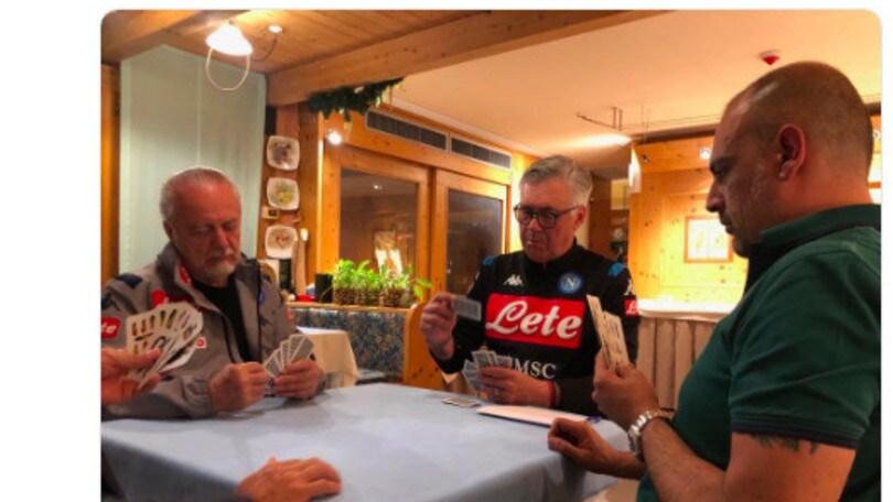 """Napoli, Ancelotti e De Laurentiis giocano a carte: """"Grande serenità"""""""