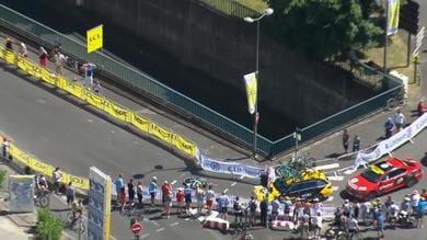Tour - Van Aert si schianta sulle transenne, la caduta è terribile