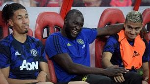 Lukaku: sorrisi e relax in panchina contro l'Inter