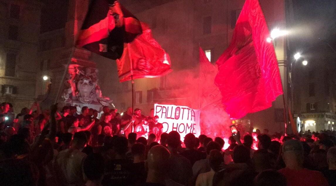 <p>Durante la celebrazione dei tifosi in centro sono stati esposte scritte contro il presidente e la dirigenza e a favore di Daniele De Rossi</p>