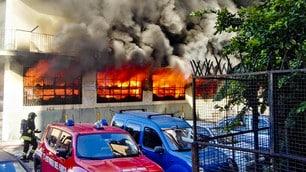 A fuoco deposito di giocattoli a Bagnoli