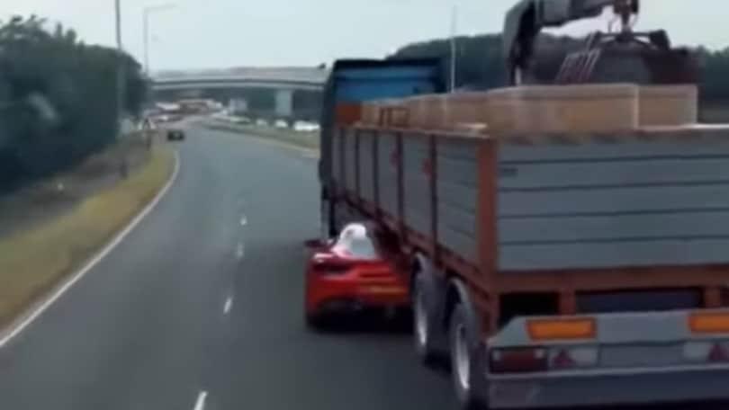 Ferrari 488 e la manovra sotto un TIR: il video fake è virale