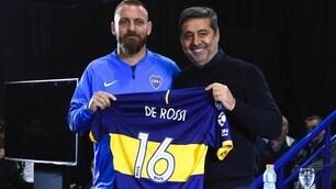 De Rossi posa con la maglia numero 16 del Boca Juniors