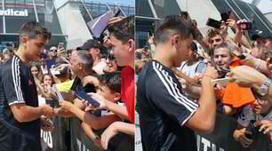 Dybala, selfie tra i tifosi: osannato dalla folla fuori al JMedical