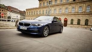 BMW 530e, la berlina hybrid ha più autonomia: FOTO