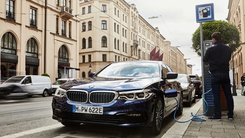 BMW 530e, arriva la trazione integrale per la berlina ibrida