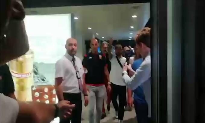Genoa, arriva Schone: delirio in aeroporto