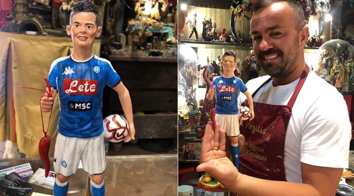 <p>L'attaccante messicano a San Gregorio Armeno nelle statuette del maestro Genny Di Virgilio</p>