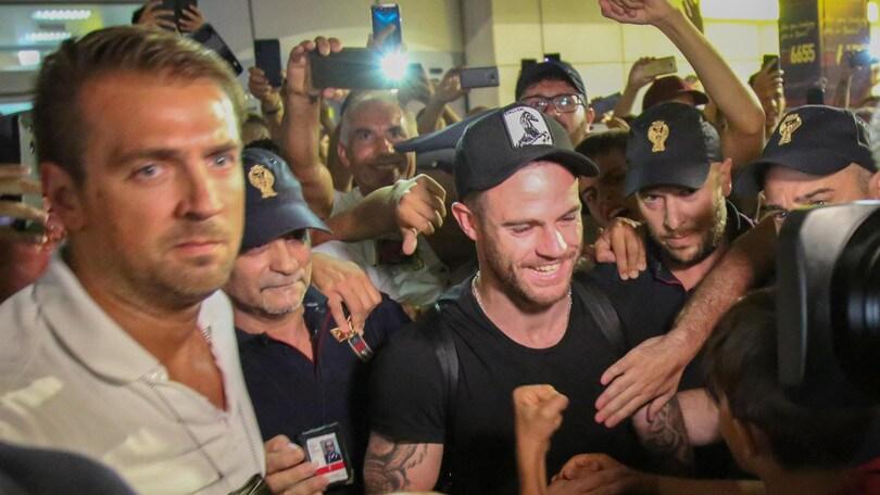Cagliari, folla in aeroporto per Nandez
