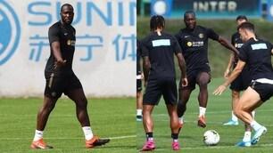 Inter, Lukaku si allena e chiacchiera con Perisic