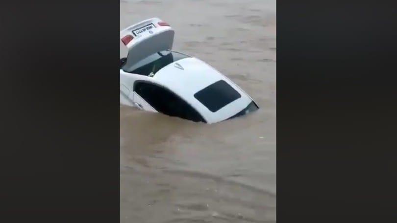 Voleva una Jaguar, gli regalano una BMW: la getta nel fiume VIDEO